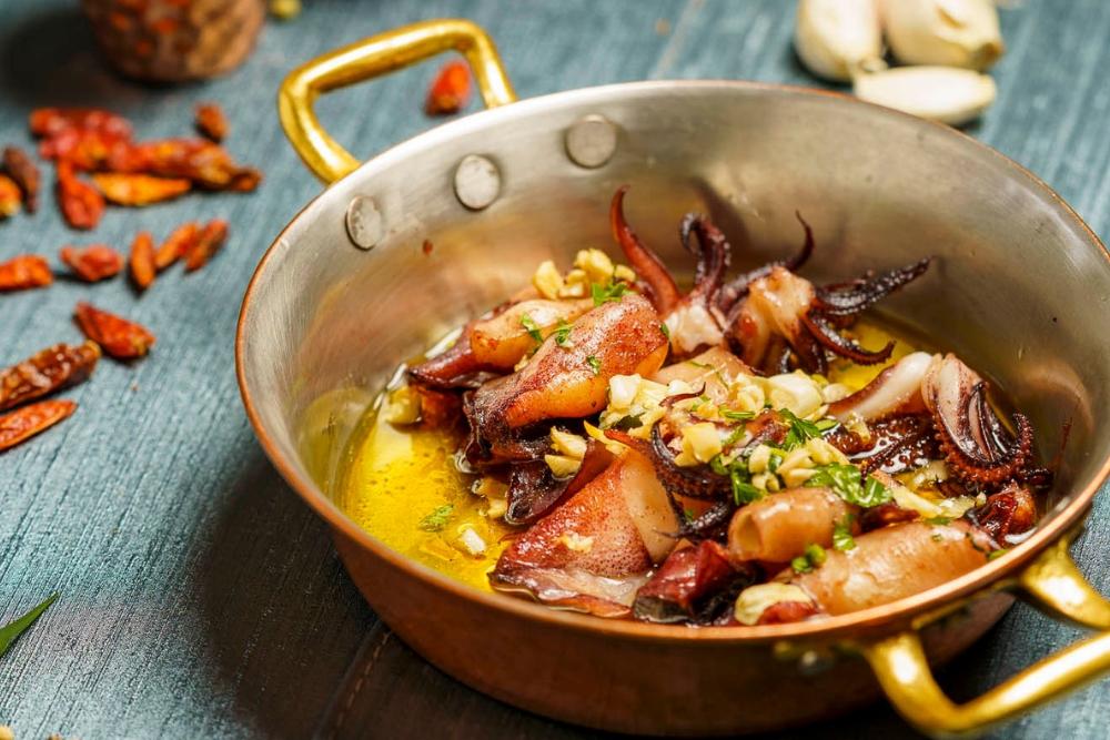 Baby calamari sote cu usturoi și coriandru